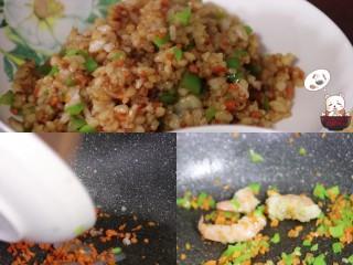 鸡腿包饭,开始炒米饭,放入尖椒,胡萝卜,虾仁,稍微煸炒,虾仁变色时放入米饭,少许盐