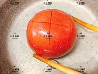 番茄虾仁,<a style='color:red;display:inline-block;' href='/shicai/ 3551/'>西红柿</a>用热水烫一下去皮后切块