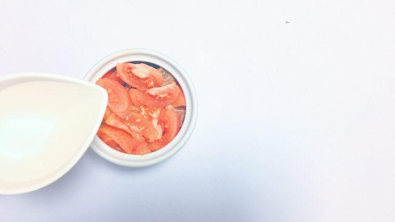 番茄牛肉汤,倒入300毫升清水