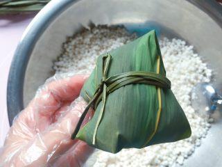 蜜枣西米粽子,用绑粽绳在粽腰处扎紧打结,一个紧实漂亮的粽子就包好啦。