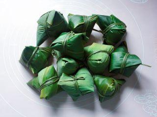 蜜枣西米粽子,依法包好所有的西米粽子。