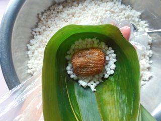 蜜枣西米粽子,放入一个大蜜枣;