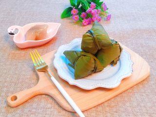 蜜枣西米粽子,出锅咯😀整个屋子里都弥漫着粽香味。