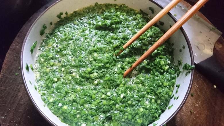 韭菜炒鸡蛋,用筷子搅拌均匀