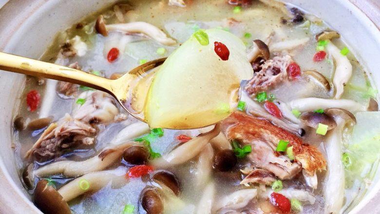 给烤鸭架换个吃法➕冬瓜蟹味菇鸭架汤,鸭架汤滋味鲜美,搭配清爽的冬瓜和滑嫩的蟹味菇,营养更加丰富,感兴趣的宝宝,也来试试吧😁