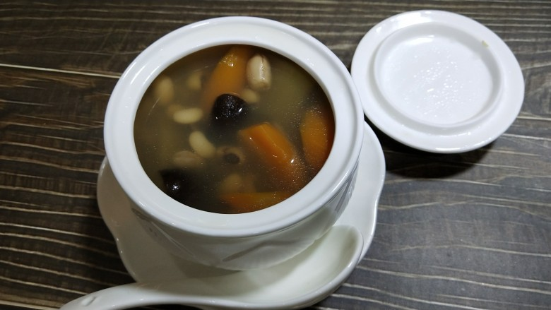 节瓜滋补老火汤,用盐和胡椒粉调味,味道合适,趁热开吃。