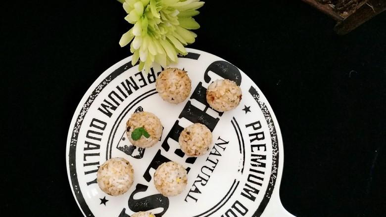 五分钟的早餐——香松饭团,如果早餐时间三两分钟,直接把香松拌米饭吃也可以。