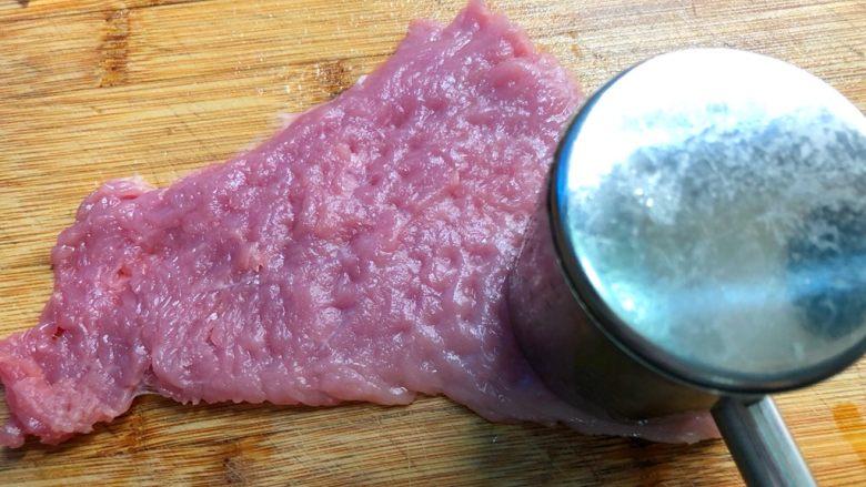 黑胡椒猪排,用肉锤把猪排锤松,这样炸出来比较好吃