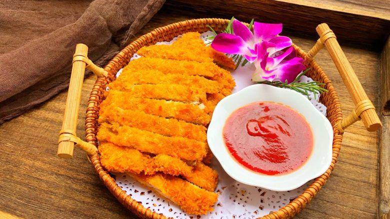 黑胡椒猪排,切块装盘,配上番茄酱,美美的享用吧