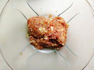 南瓜馅的南瓜饺子,搅拌好的肉馅放一边待用