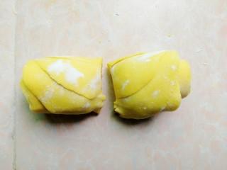 南瓜馅的南瓜饺子,然后对半切开,捏紧底部的切口
