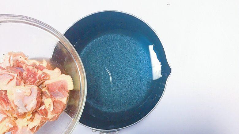 番茄牛肉汤,牛腩过水煮开去血水捞出备用