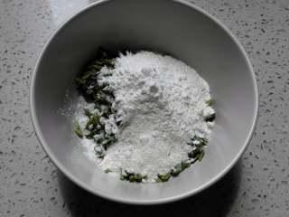 香椿蛋饼,切碎的香椿放入碗中,加入面粉、