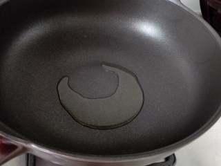 香椿蛋饼,油锅烧热,放少许油,小火,