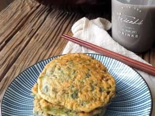香椿蛋饼,早餐配一杯豆浆