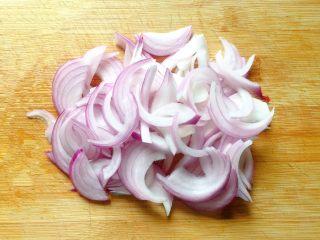 洋葱炒肉丝,将洋葱洗净切成丝。