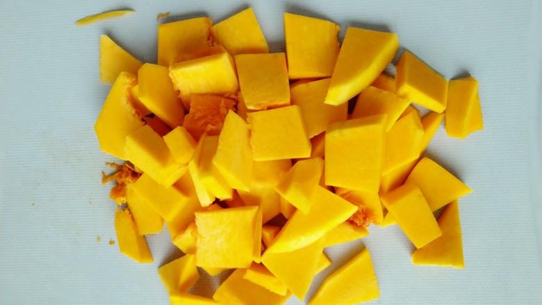 小米南瓜粥,南瓜切小薄片洗净备用,方便快速煮熟。
