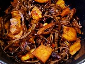 五花肉干锅茶树菇