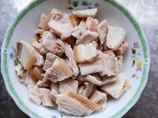 五花肉干锅茶树菇,五花肉焯水,洗干净,放入剪锅,煎至两面微微发黄,盛出备用,(这步忘记拍照了)