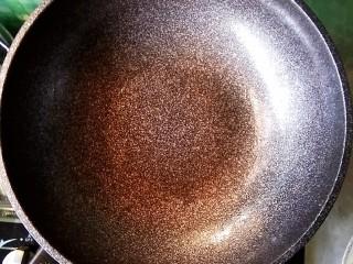 五花肉干锅茶树菇,锅中放少许油