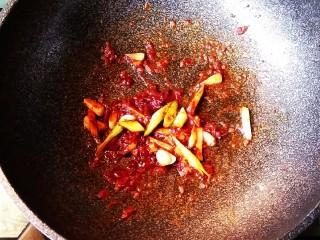 五花肉干锅茶树菇,放入葱姜蒜,煸炒