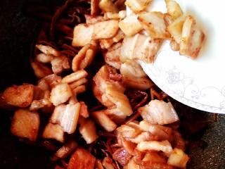 五花肉干锅茶树菇,放入五花肉,煸炒