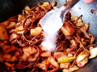 五花肉干锅茶树菇,放入糖拌匀