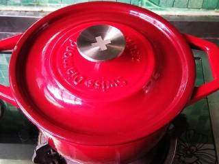 五花肉干锅茶树菇,盖锅盖,小火炖30分钟