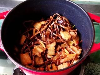 五花肉干锅茶树菇,㸆干水分即可