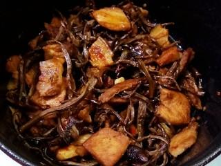 五花肉干锅茶树菇,成品图