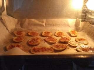 麻辣烤南极冰鱼,烤鱼的过程中可以处理土豆片,土豆切薄片,两面刷油,撒盐、孜然粉、辣椒粉放烤箱烤12分钟