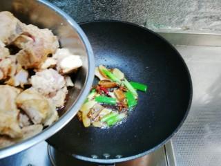 萝卜炖排骨,倒入腌制好的排骨翻炒上色