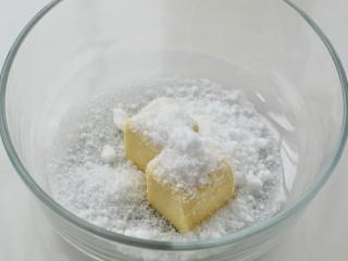 蓝莓马芬,黄油提前室温软化至手指可以轻松戳入的状态,然后加入细砂糖