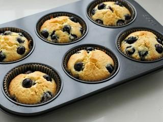蓝莓马芬,叮~时间到!烤至蛋糕表面金黄开裂取出,稍微晾凉后食用即可