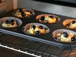 蓝莓马芬,烤箱提前上下火175度预热,放入中层烤约25分钟