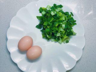 蔬菜虾仁粥,青菜切碎备用