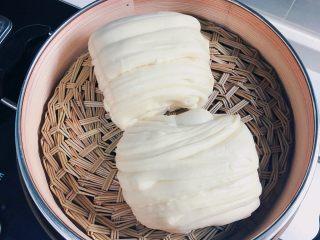 蔬菜虾仁粥,再蒸两个花卷,准备一些泡菜,煎两个鸡蛋,一份美味又营养的早餐就出炉啦