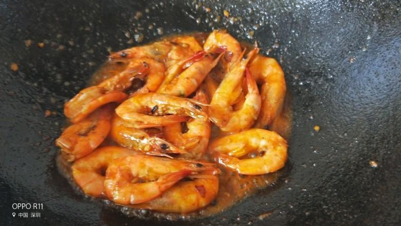 油焖大虾,待汁慢慢收干