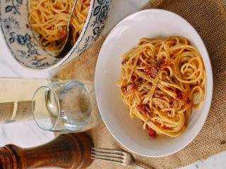 意大利面,奶酪和培根都可以添加完美的咸味