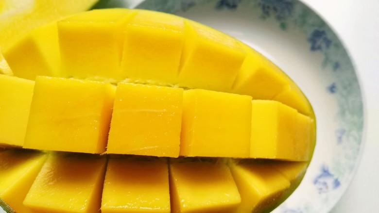 芒果芝麻糯米糍,轻轻向下一弯,芒果粒清晰可见