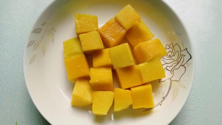 芒果芝麻糯米糍,用水果刀轻轻切下芒果粒