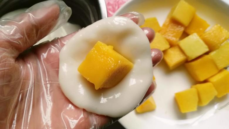 芒果芝麻糯米糍,放入芒果粒