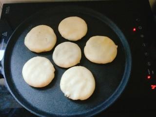 绿豆饼,热锅,小火慢慢加热