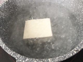 黄金蔬菜米糕,豆腐热水焯开2分钟后捞起,去除豆腥味