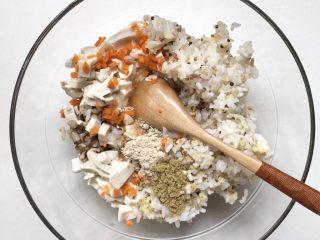 黄金蔬菜米糕,加入豆腐丁、2个鸡蛋清、虾皮粉、黑芝麻牡蛎粉,将混合的好的饭菜用勺子搅打2分钟,将蛋清搅打的蓬松一点。 也可以加入少许玉米淀粉,能更好的帮助凝固。