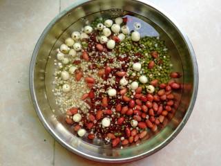 杂豆蜜枣小米粽,各种豆类也浸泡半小时以上,同样洗干净后滤干水分