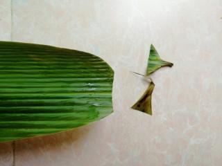 杂豆蜜枣小米粽,用厨房剪刀剪去粽叶头尾