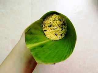 杂豆蜜枣小米粽,再加适量的杂豆小米盖住蜜枣