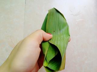 杂豆蜜枣小米粽,如图这样两边的粽叶往中间压,盖住小米