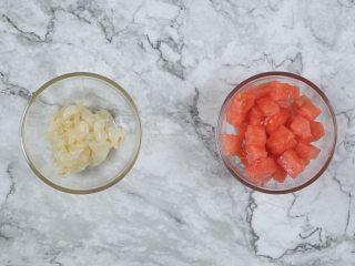 消暑仙草水果冰粥,荔枝5颗、西瓜200g、红枣30g,切小块